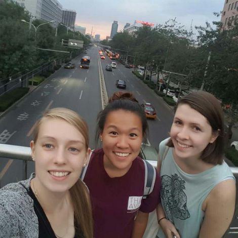 Sophia mit Freunden auf einer Brücke