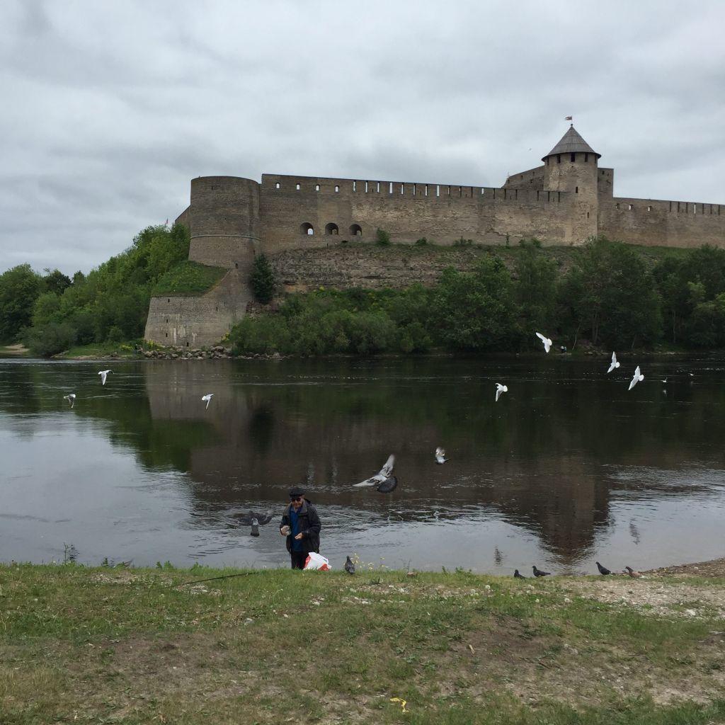 Ein estnischer Angler vor der Kulisse der Ivangorod-Festung