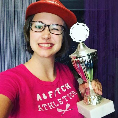 Kim mit Pokal