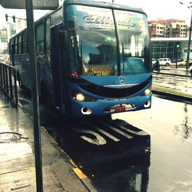 blauer Bus in Quito am Straßenrand
