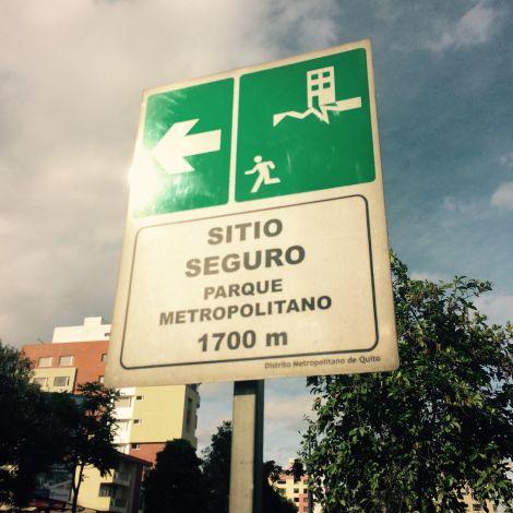 Diese Schilder geben an, wo man im Falle eines Erdbebens Schutz suchen sollte