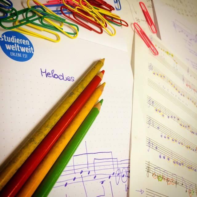 Notenblätter und Stifte