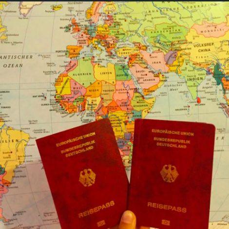 `Weltkarte und Reisepässe