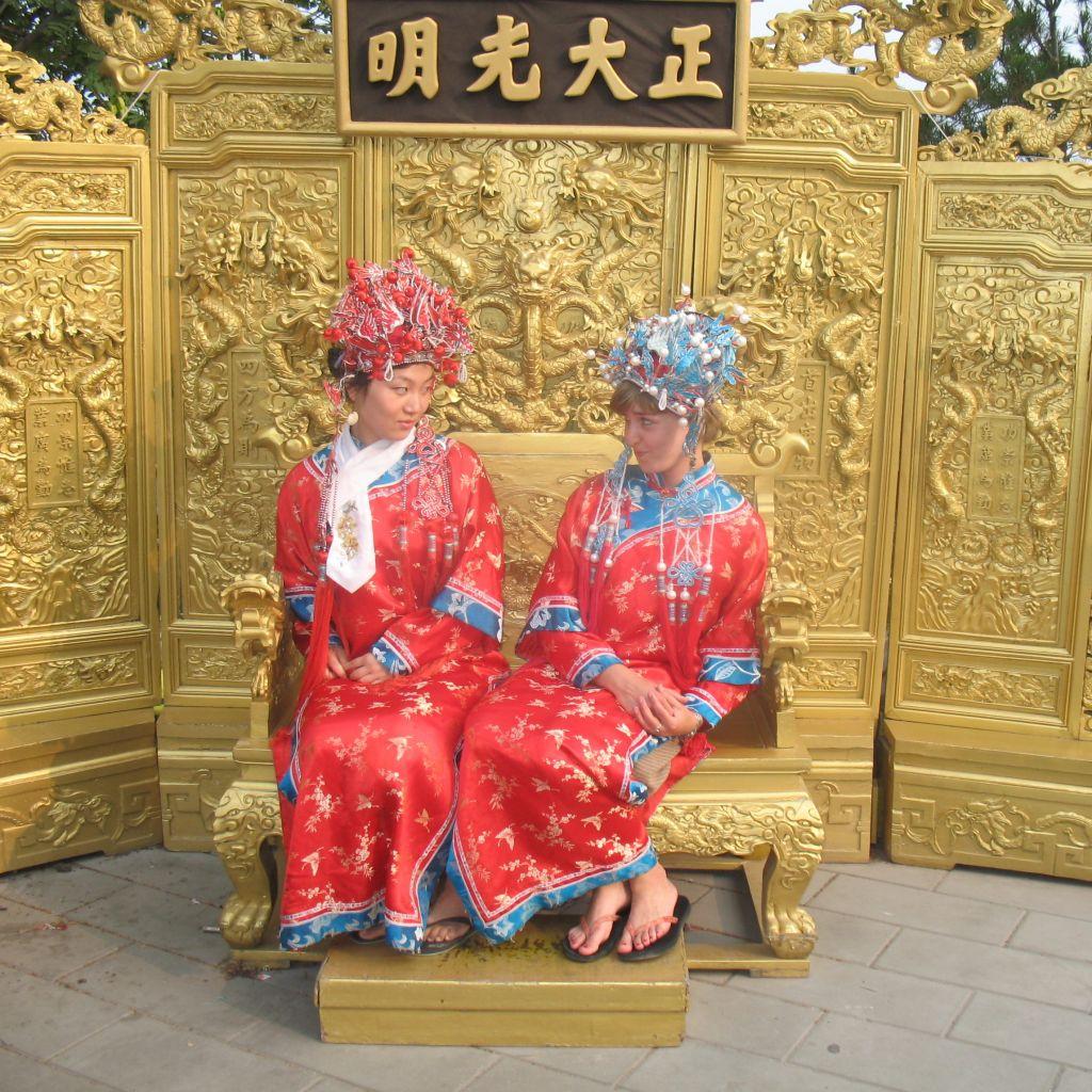 Theresa und ihre Gastschwester in traditioneller Kleidung