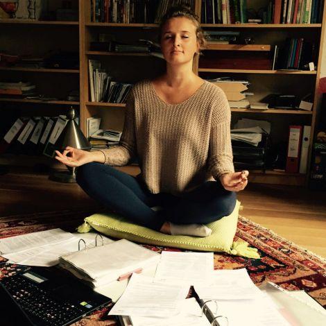 Yoga und ein Haufen Formulare