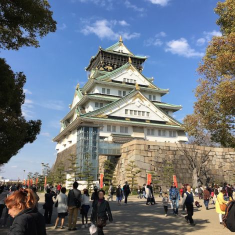 Die Burg Osaka gilt als eine der schönsten Japans. Das Innere der Burg wurde zum Museum für die Geschichte Osakas ausgebaut und die Parkanlage außenrum lädt bei Essen, Trinken und Straßenkünstlern zum Entspannen ein.