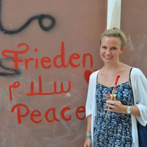 Carolina schreibt Frieden in verschiedenen Sprachen