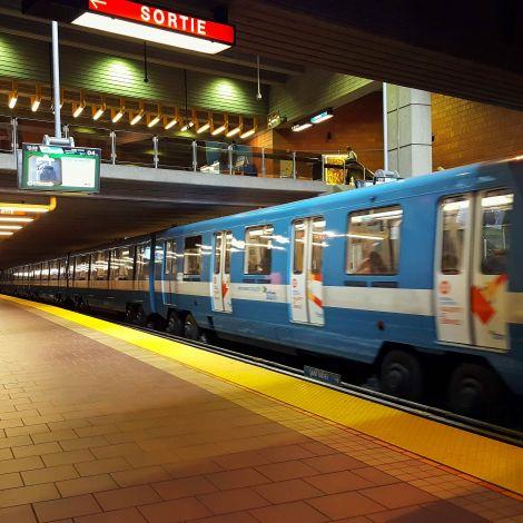 Ein Metro-Zug, im Gegensatz zu Deutschland mit Gummireifen