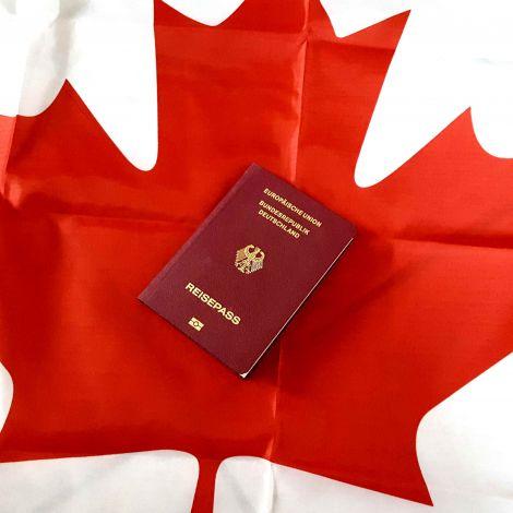 Reisepass auf kanadischer Flagge