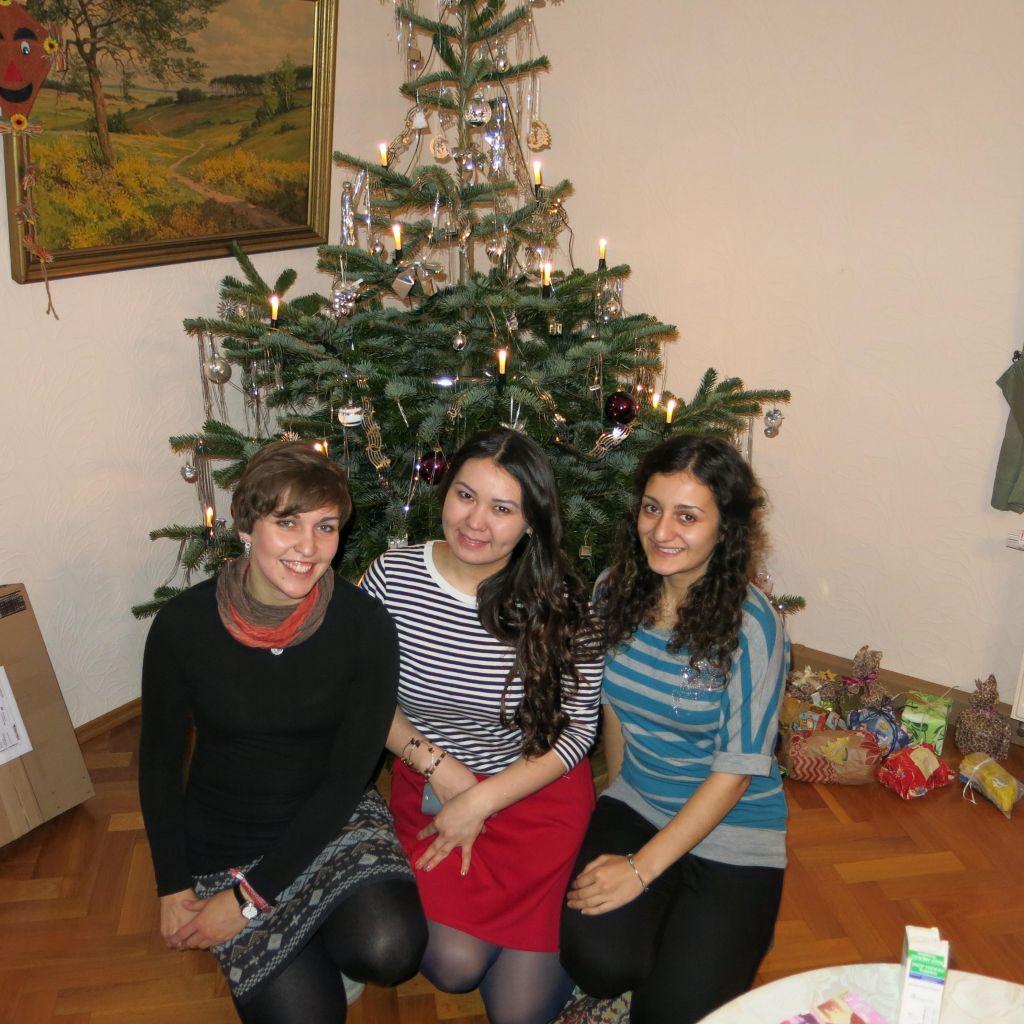 Die drei vor dem Weihnachtsbaum