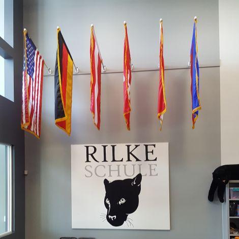 Rilke Schule: Flaggen und Maskottchen