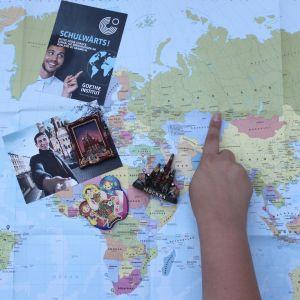 Weltkarte und Schulwärts-Flyer