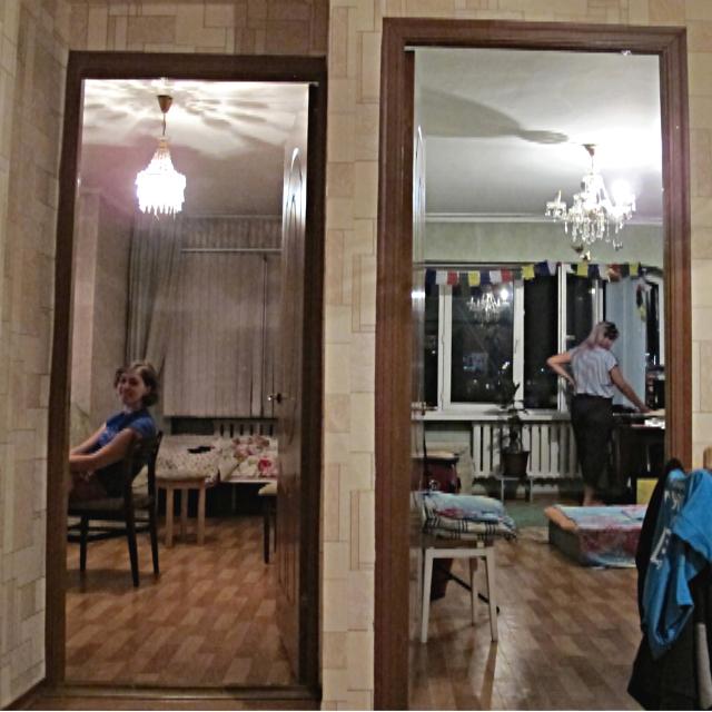 Blick in zwei Zimmer mit Kronleuchtern