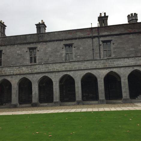Säulengang des alten Campus Gebäudes in Galway