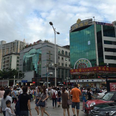 Viele Menschen auf einer Straße in China
