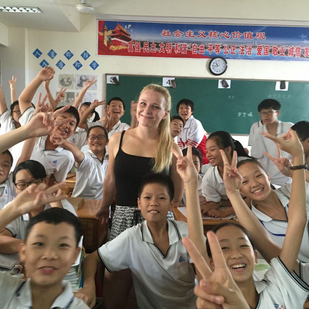 Kim mit vielen Schülern im Klassenraum