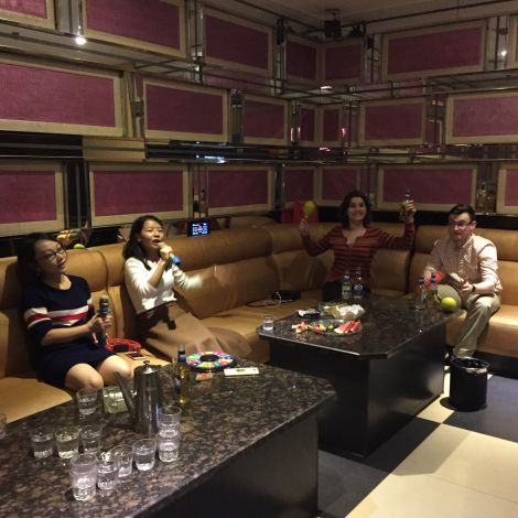 In der Karaoke-Bar auf einer Couch