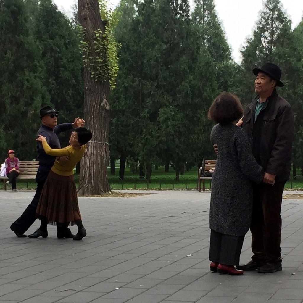 Paare tanzen in einem Park