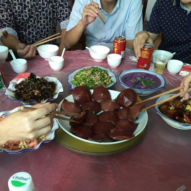 Essen mit Stäbchen in einem Restaurant