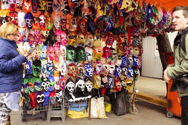 Stand mit vielen Masken