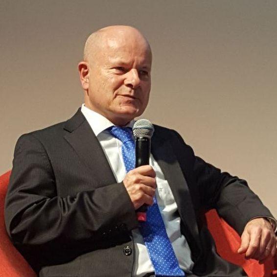 Dr. Hellmann während der Diskussion mit Mikrophon