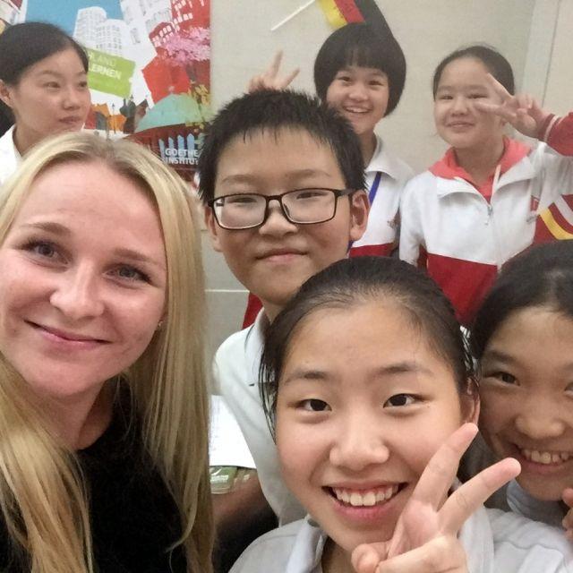 Kim mit Schülern des Deutschklubs