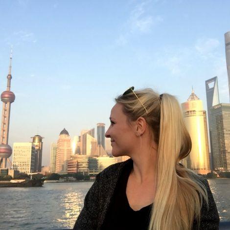 Kim vor der Skyline von Shanghai