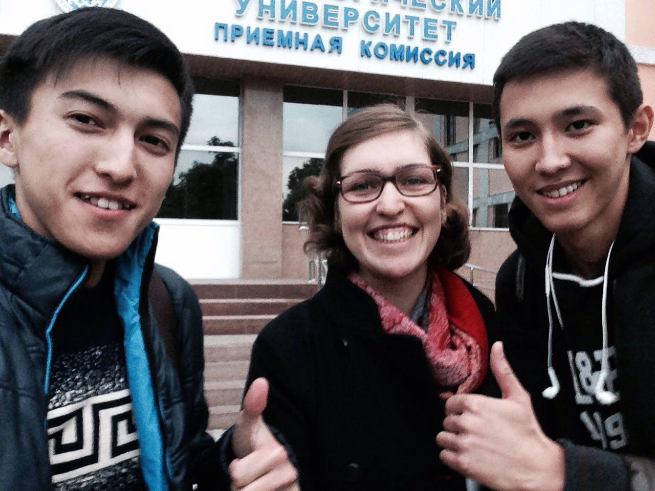 Theresa Fuchs mit zwei Studenten