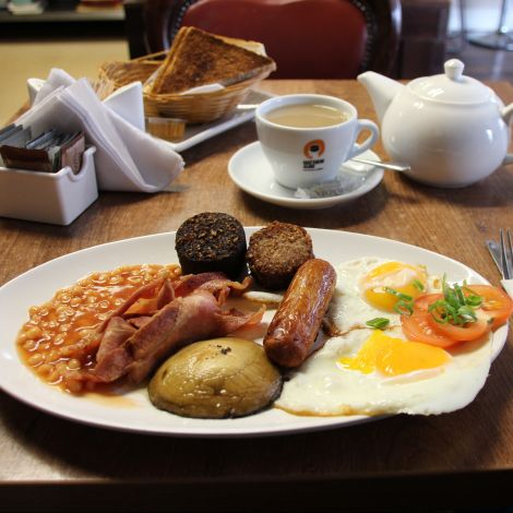 Irish Breakfast mit Ei, Würstchen, Kartoffel und Bohnen