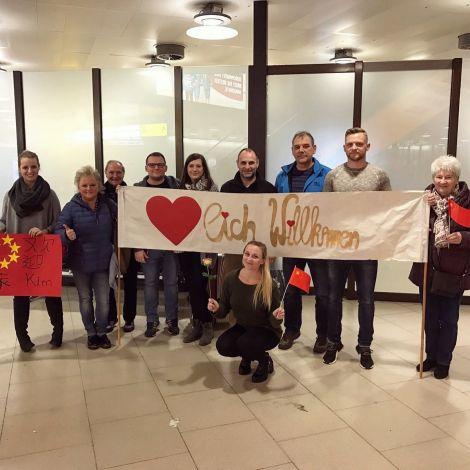 Kim mit Familie am Flughafen