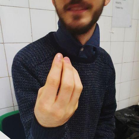Mann macht Geste