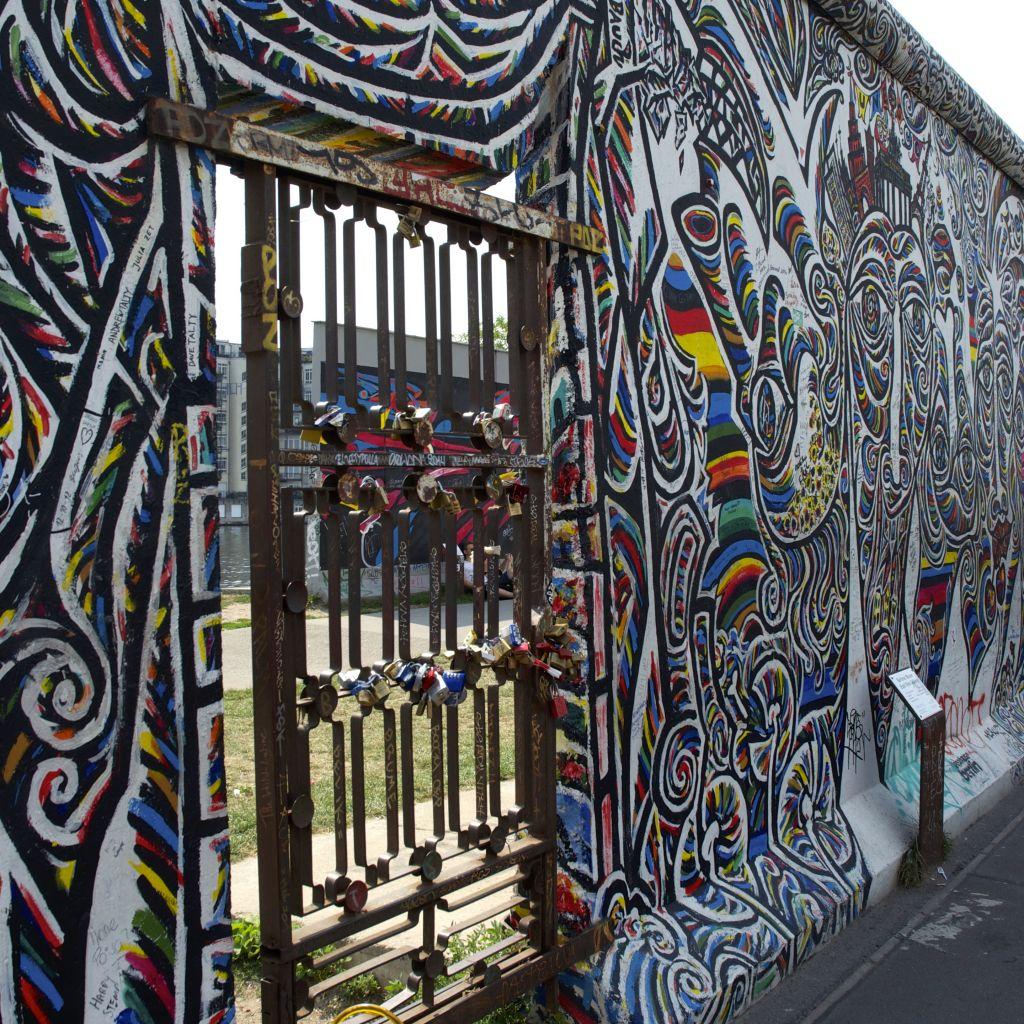 Buntes Kunstwerk auf der Mauer in Berlin