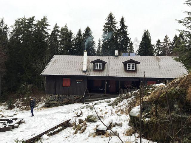 """Waldhütte mit dem Namen """"Grønlihytta"""" im leicht verschneiten Naturschutzgebiet"""
