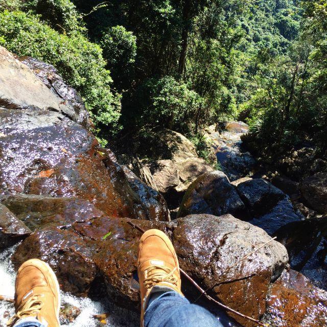 Füße über einem steilen Wasserfall