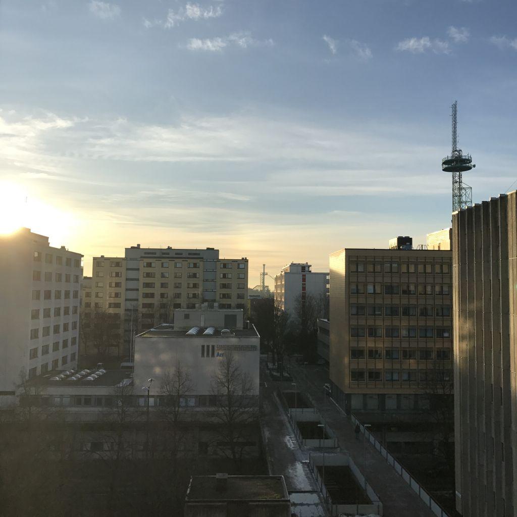 Sonnenaufgang hinter Hauskulisse