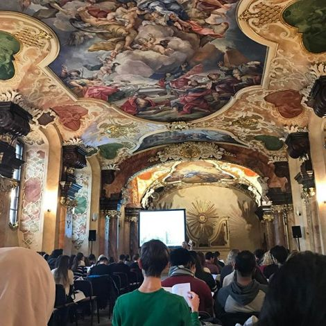 Hörsaal der Universität mit prunkvollen Wand- und Deckenmalereien