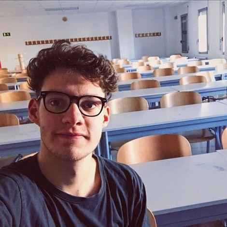 Ich ganz allein im Klassenzimmer