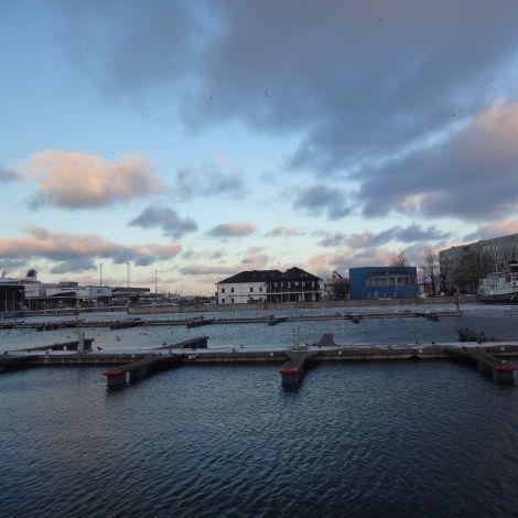 Anlegeplatz für Boote am Hafen in Tallinn mit blauem Himmel und Meer