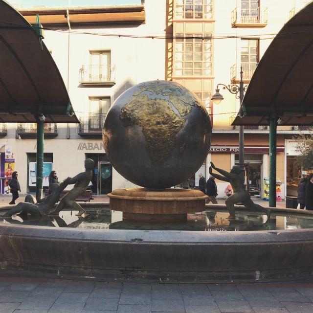 Weltkugelskulptur aus Bronze mit Kindern, die die Kugel stemmen