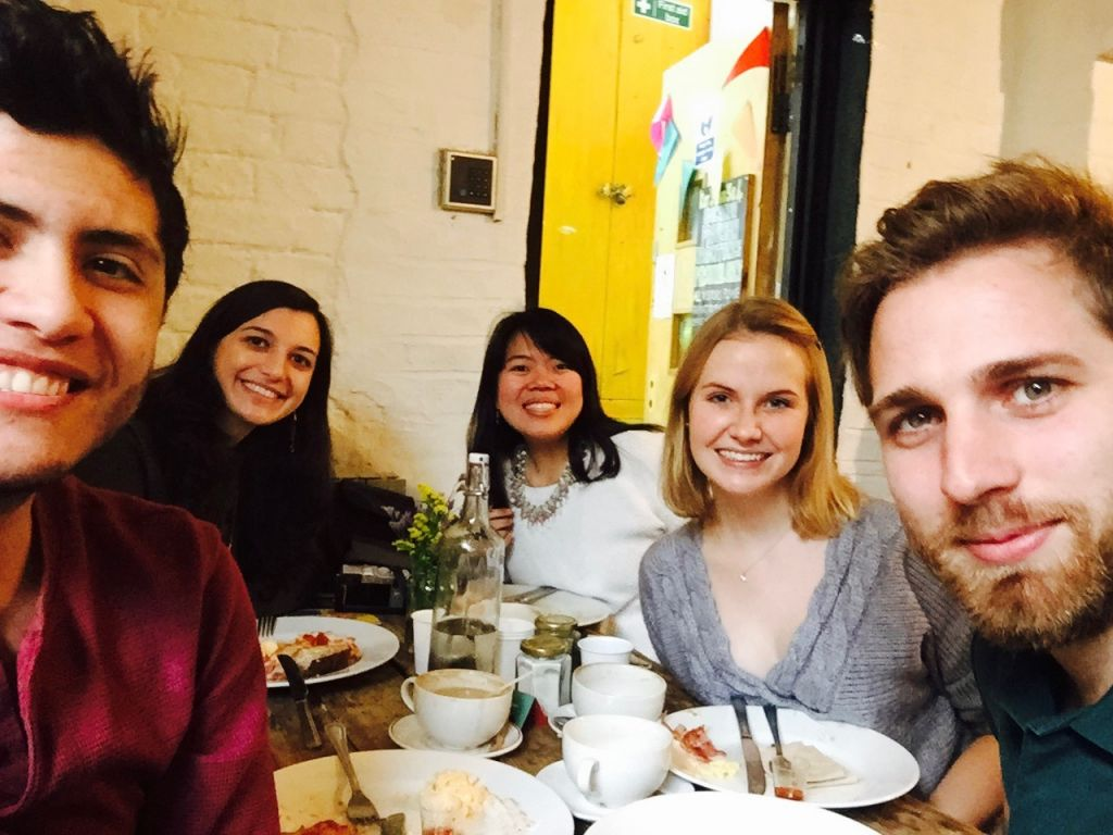 Freunde sitzen im Café der Hackney Farm