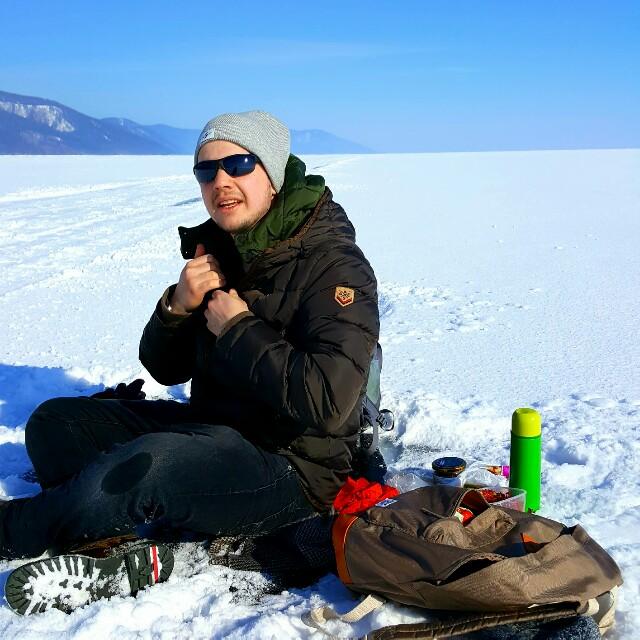 Ich, sitzend auf dem Baikalsee.