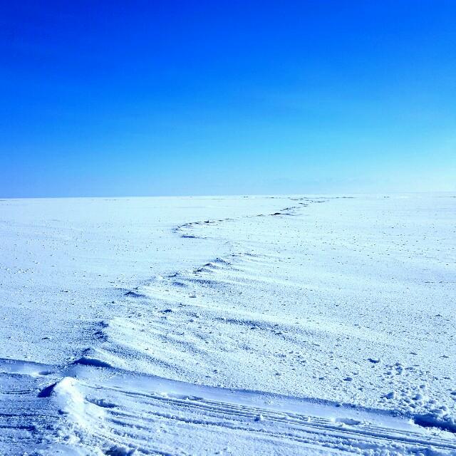 Kleine Schneehügel auf dem Baikalsee.