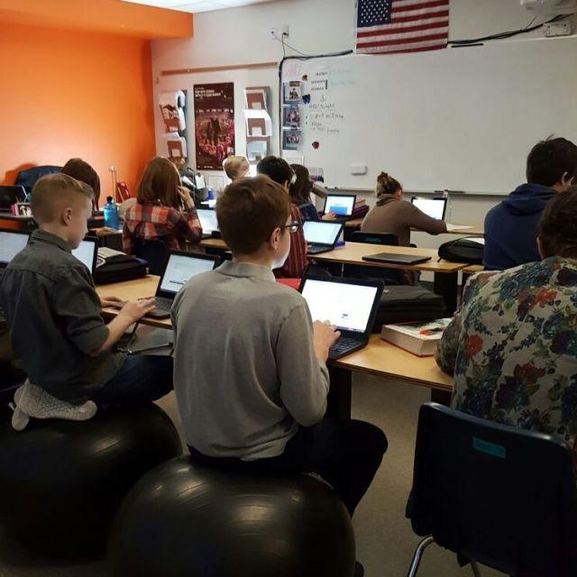 Schüler mit Laptops im Klassenzimmer