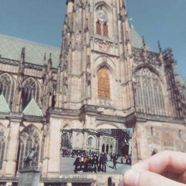 Polaroid von mir und meinen Freunden vor dem Prager Dom