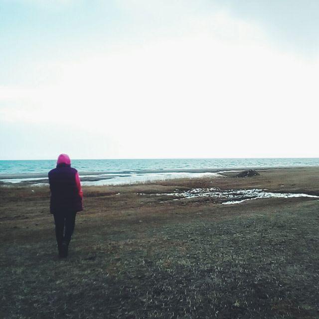 Junge Frau am Strand von Issyk Kul in Kirgistan