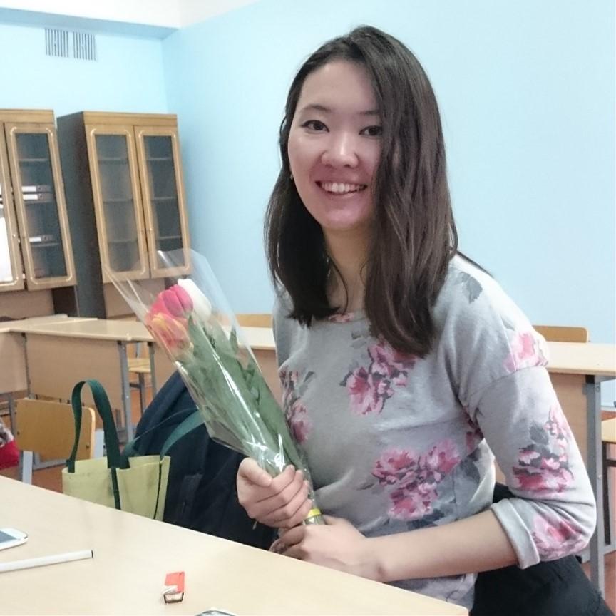 Kasachische Studentin mit Tulpen in der Hand.
