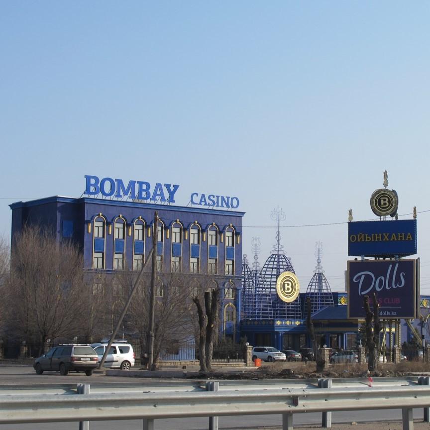 Ein großes, blaues Casinogebäude.