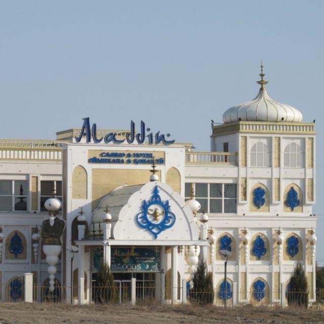 Ein großes, orientalisch anmutendes Casinogebäude mit der Aufschrift Aladin.