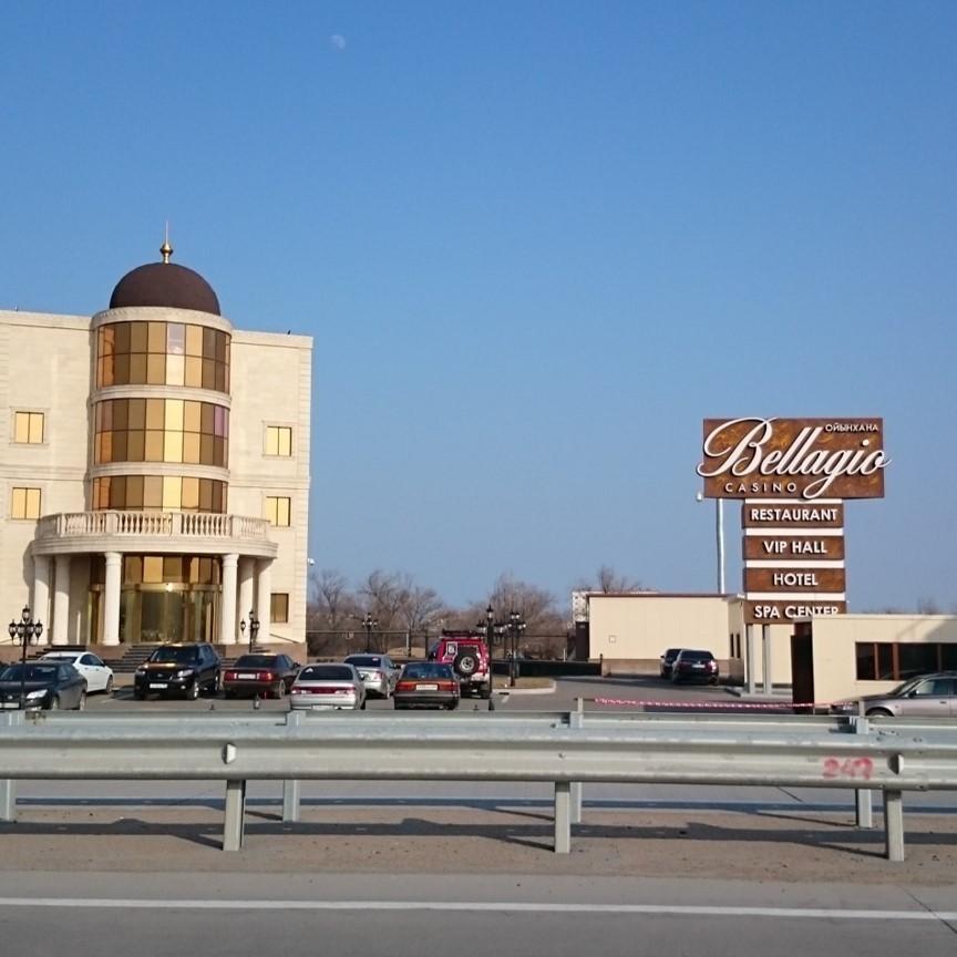 Ein großes Casinogebäude mit einem Schild mit der Aufschrift Bellagio.