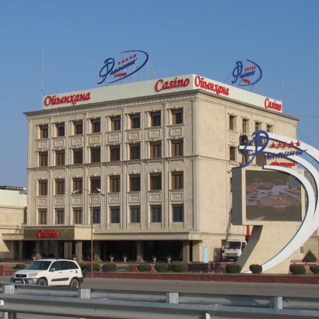 ein quaderförmiges, großes Casino am Straßenrand.